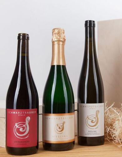 * Schwarztrauber Wein-Präsent in einer dekorativen 3er Holzkiste